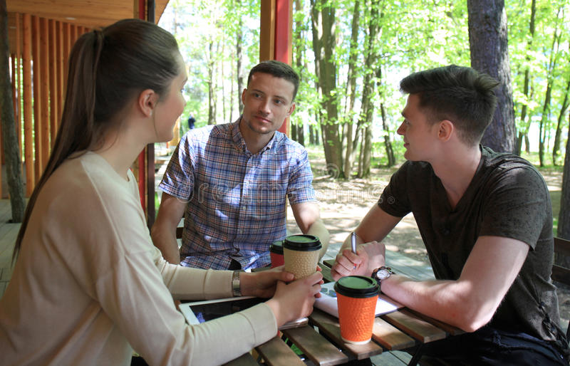 Początkowy biznes, młodzi kreatywnie ludzie grupuje brainstorming na spotkaniu na zewnątrz biura obrazy stock