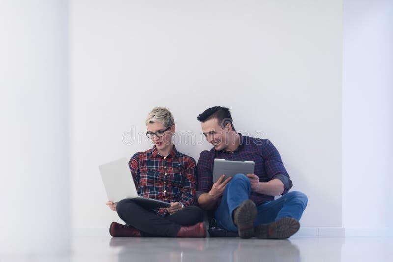 Początkowy biznes, para pracuje na laptopie przy biurem zdjęcia royalty free