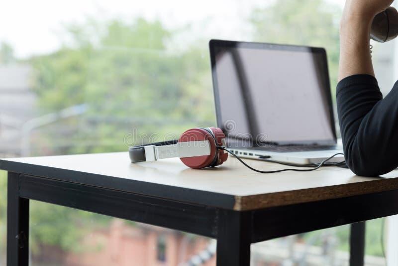 początkowy mężczyzna używa na laptopie, robić wezwaniu, używać telefon, tal fotografia royalty free