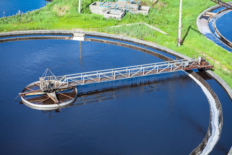 Początkowy sedymentacja basen, kanalizacyjny spływanie przez zbiorników zdjęcie royalty free