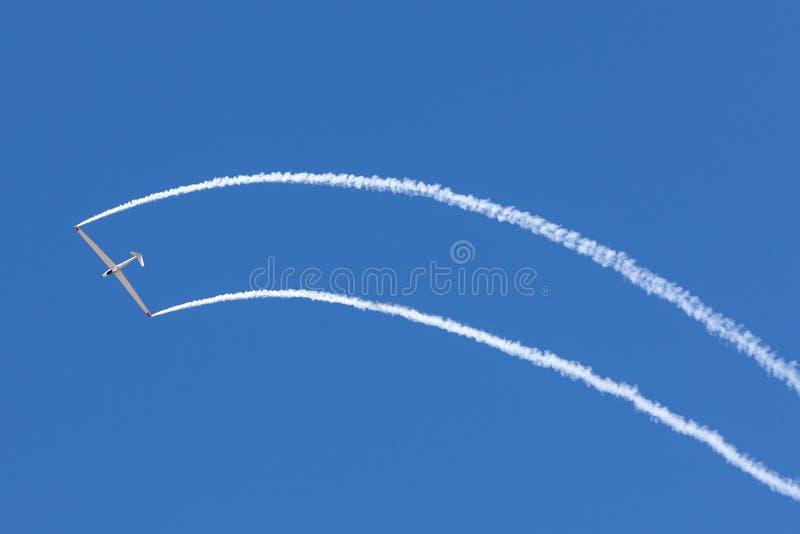 Początku & Flug H-101 Salto szybowiec modyfikujący z dżetowym silnikiem dodającym wykonuje latającego pokazu z pilotowym Bob Carl zdjęcia stock