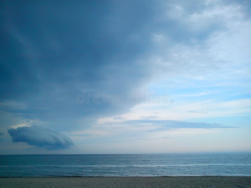 Początkująca burza przygotowywa uderzać pięść cios na spokojnym niebie obrazy royalty free