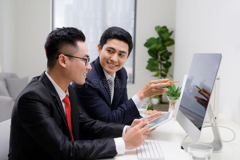 Pocz?tkowi partnery biznesowi pracuje wp?lnie w desktop obrazy royalty free