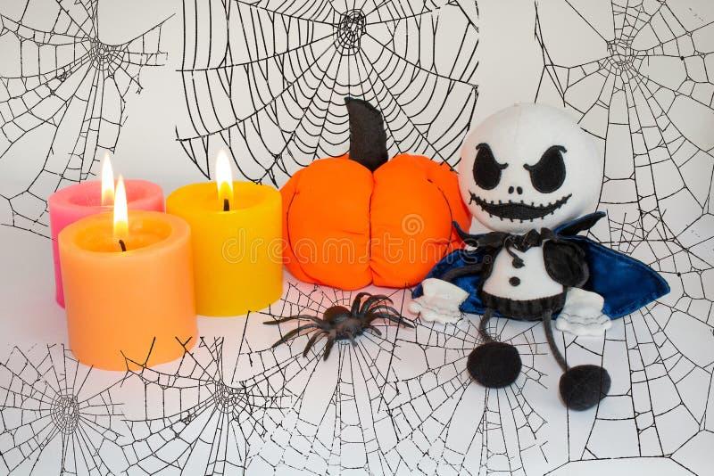 Pocztówka dla Halloween, świeczki z banią, pająkiem i duch lalą, Przeciw tłu pajęczyny obrazy royalty free