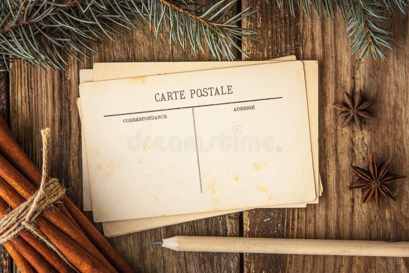 Pocztówki z pikantność i jedlinowym drzewem na drewnianym stole zdjęcia royalty free