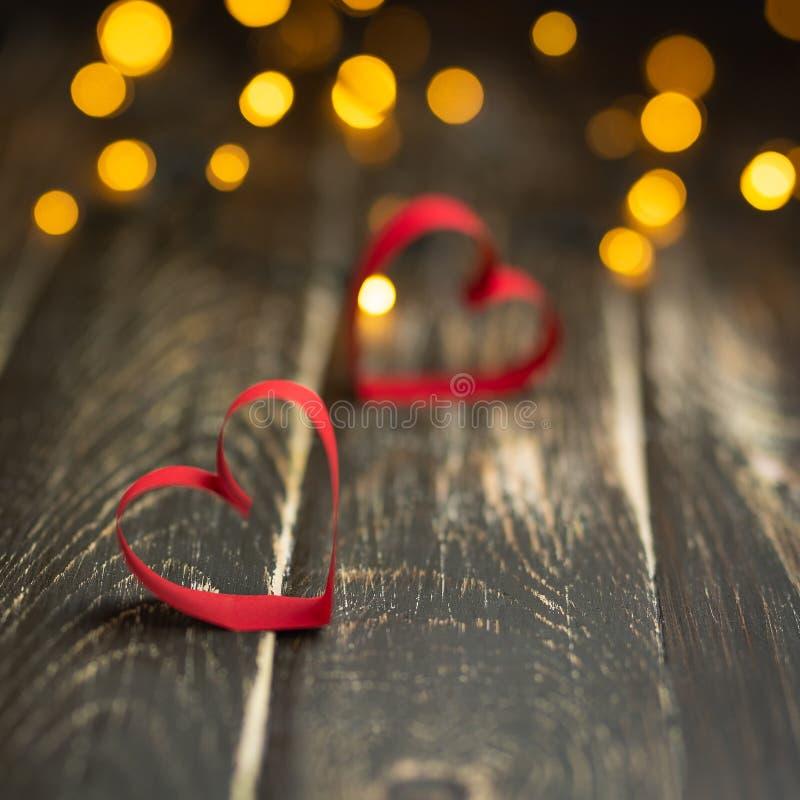 pocztówkowy dzień valentine s Czerwony serce na drewnianym tle zdjęcia stock