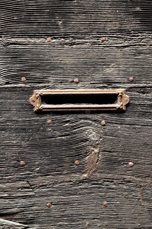 Poczta szczelina w starym drewnianym drzwi obraz stock