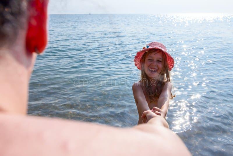 Podąża ja Dziecko w lato kapeluszu ciągnie s h i wiodący mateczny ` obraz stock