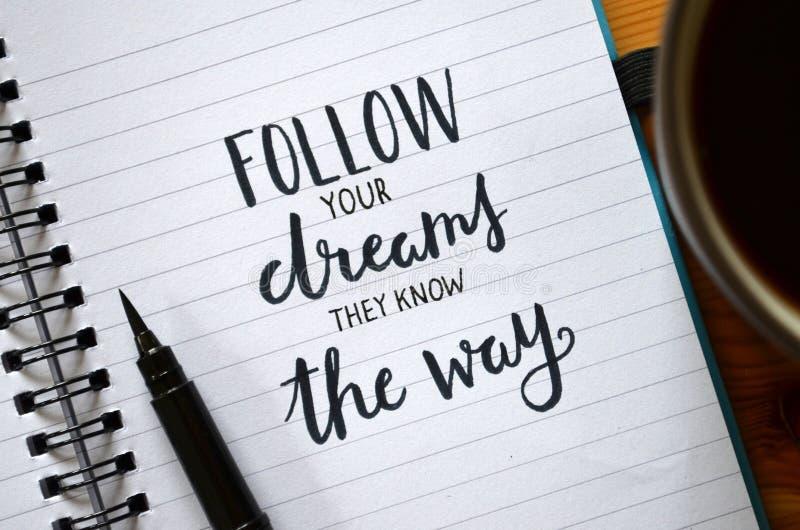 PODĄŻA TWÓJ sen ZNAJĄ sposób piszącego list w notatniku obrazy stock