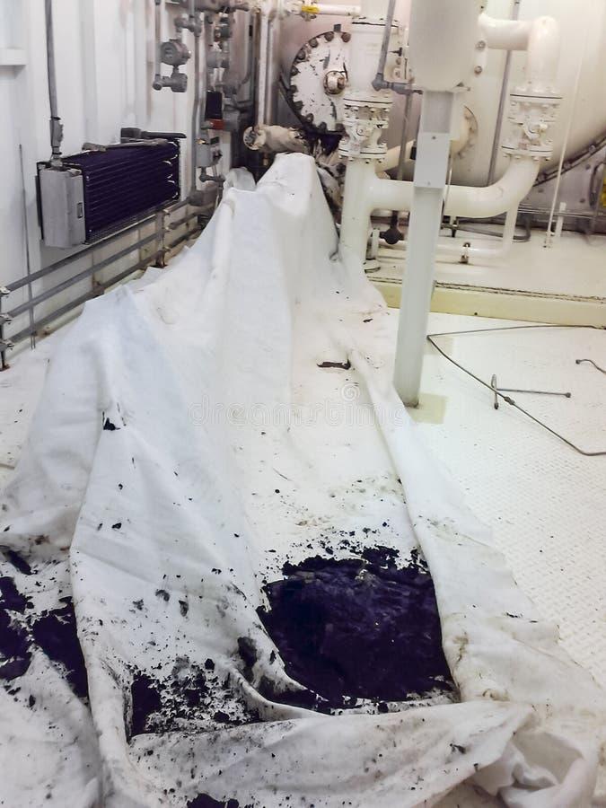 Podłoga kontrolna jednostka aparat jest uderzającym zakrywającym z łachmanami Remontowa praca Otwarcie wyposażenie cleaning zdjęcie stock