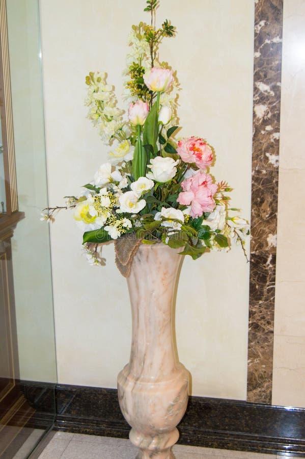Podłogi marmurowa waza z bukietem kwiaty na tle wykłada marmurem ścianę w lobby luksusowy hotel obraz royalty free