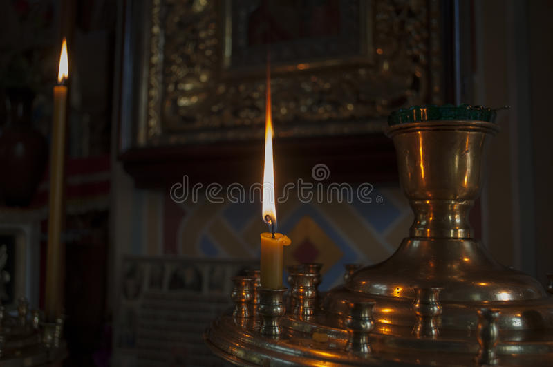 Podłogowa świeczka zaświeca na bazie kościół obrazy stock