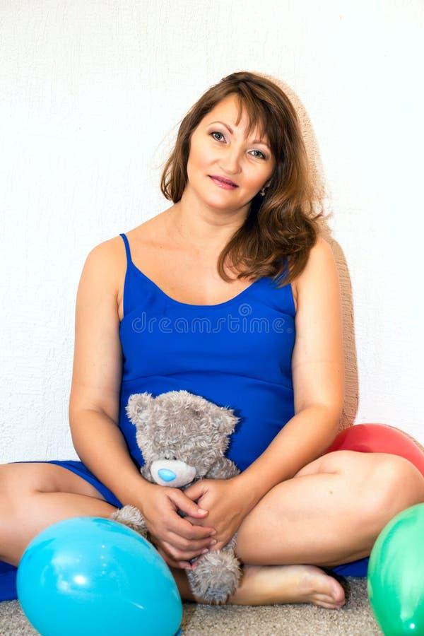 podłogowa ciężarna siedząca kobieta zdjęcia royalty free