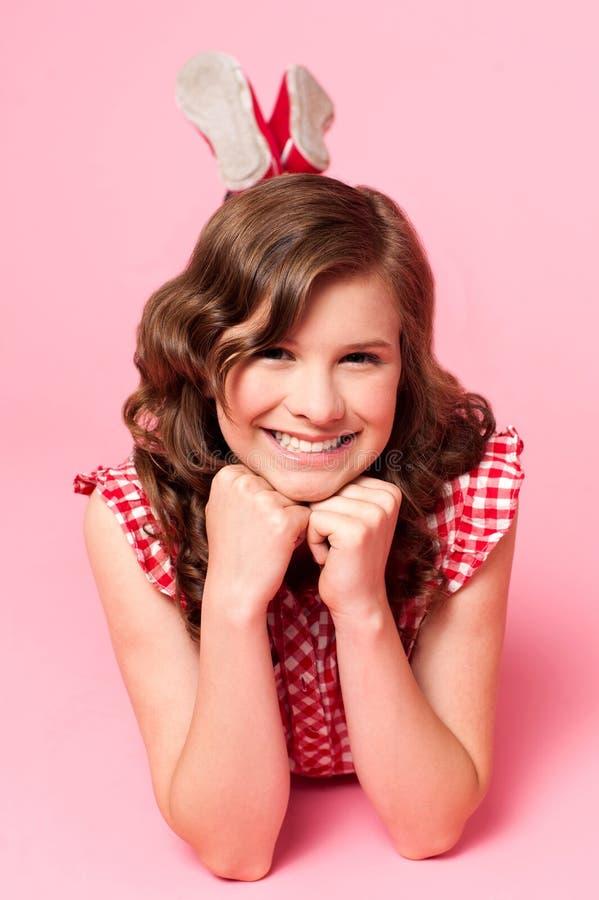 podłogowa podbródek dziewczyna wręcza szczęśliwych łgarskich potomstwa zdjęcie stock