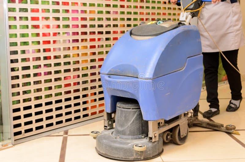 Podłogowe opieki i cleaning usługa z pralką obrazy royalty free