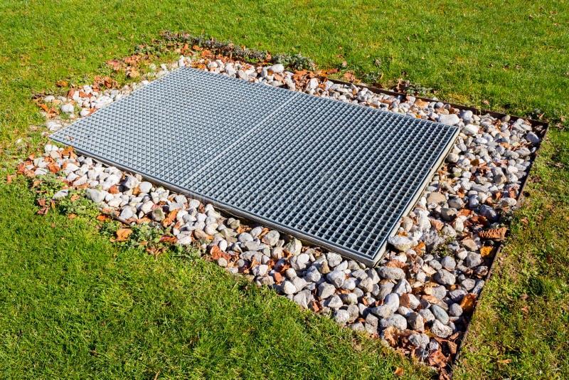 Podłogowego odcieku kontrast z zielonej trawy tłem w ogródzie obraz stock