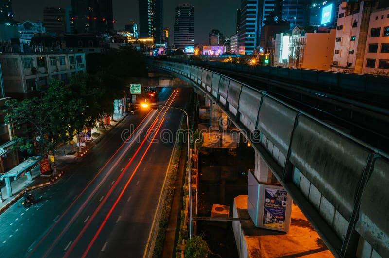 Podświetlenie samochodów osobowych i stacji narciarskiej w Bangkoku, Tajlandia zdjęcie stock