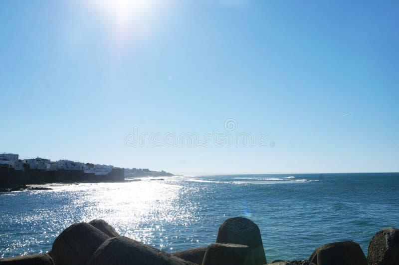 Pod światłem słonecznym i morzem fotografia stock