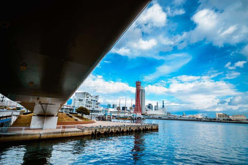 Pod bridżowym spojrzeniem przez Kobe portu wierza Japan fotografia royalty free