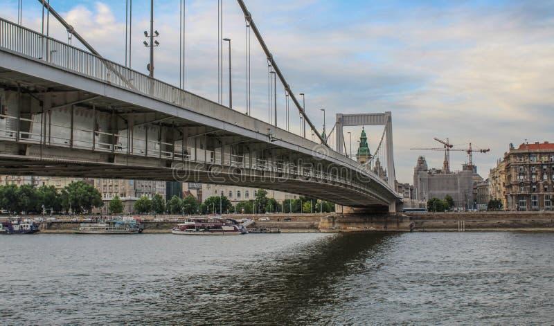 Pod Budapest Elisabeth mostem na Danube rzece zdjęcia royalty free