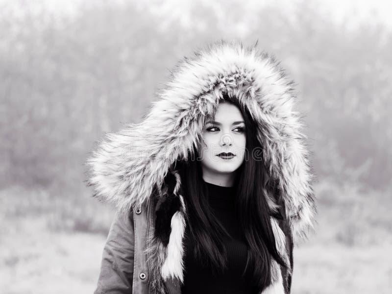 Pod kapiszon nastoletnią dziewczyną patrzeje daleko od zdjęcie stock