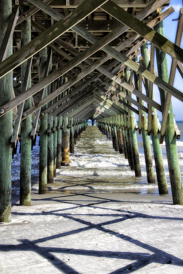 Pod molem przy głupoty plażą w Charleston Południowa Karolina obrazy royalty free