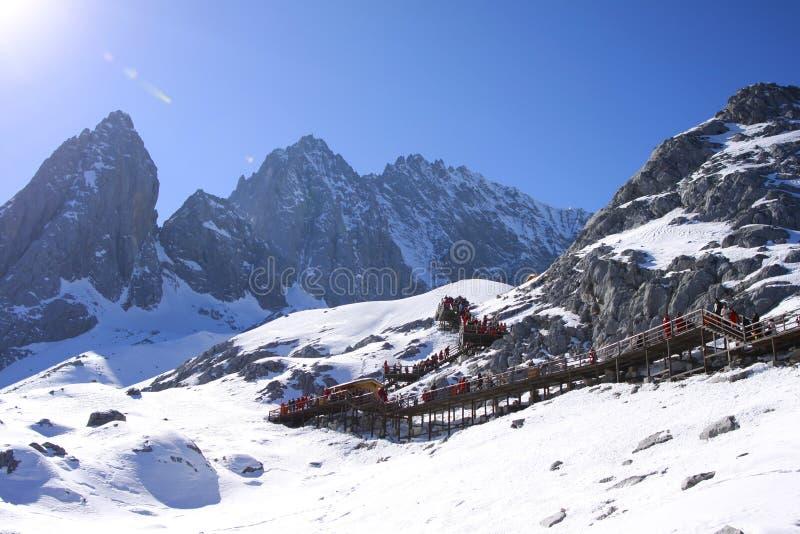 Pod niebieskim niebem śnieżna góra fotografia stock