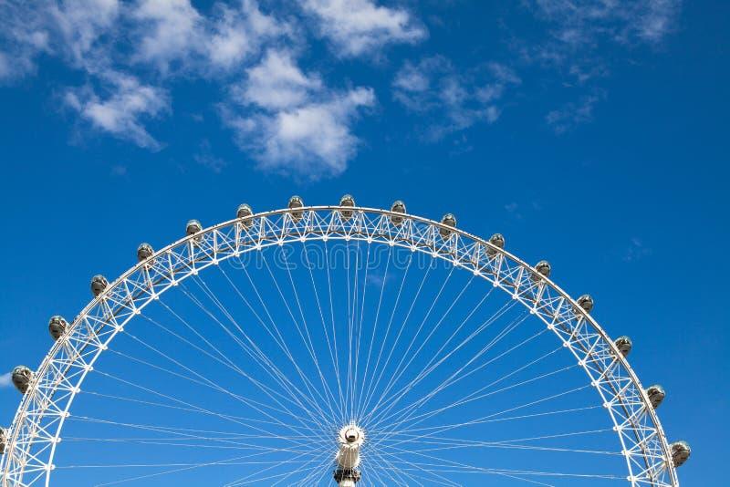 Pod niebieskim niebem londy?ski oko obraz stock