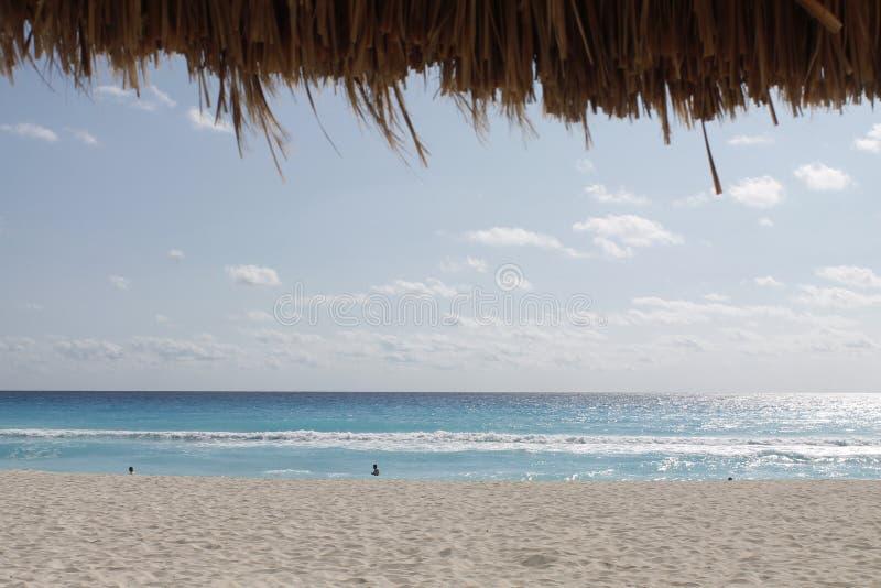 Pod palapa ogląda morze Cancun fotografia stock