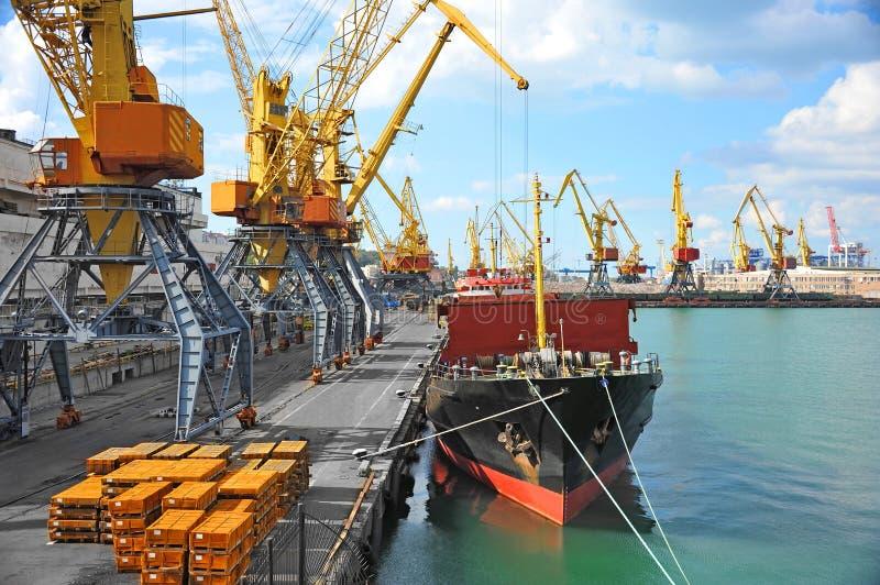 Pod portu żurawiem ładunku masowy statek fotografia royalty free