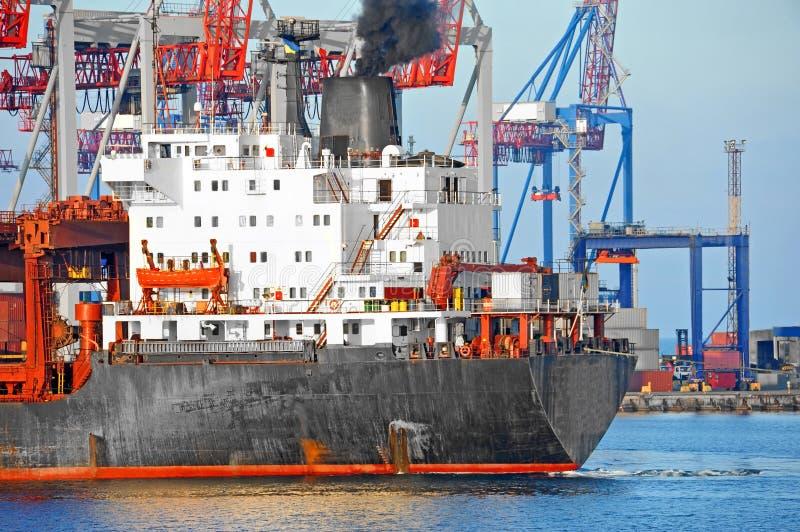 Pod portu żurawiem ładunku masowy statek fotografia stock