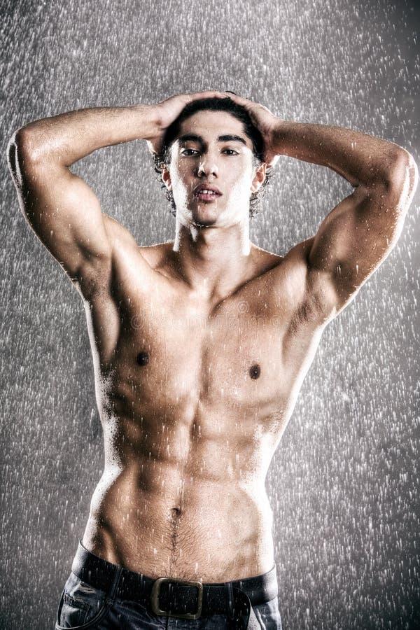pod potomstwami mięśniowy mężczyzna deszcz zdjęcia stock