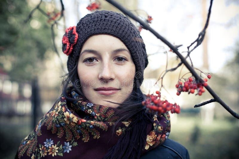 Pod rowan gałąź rosyjska młoda kobieta zdjęcia stock