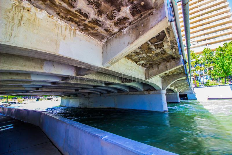 Pod ruchu drogowego mostem Nad Truckee rzeką W Reno obraz royalty free