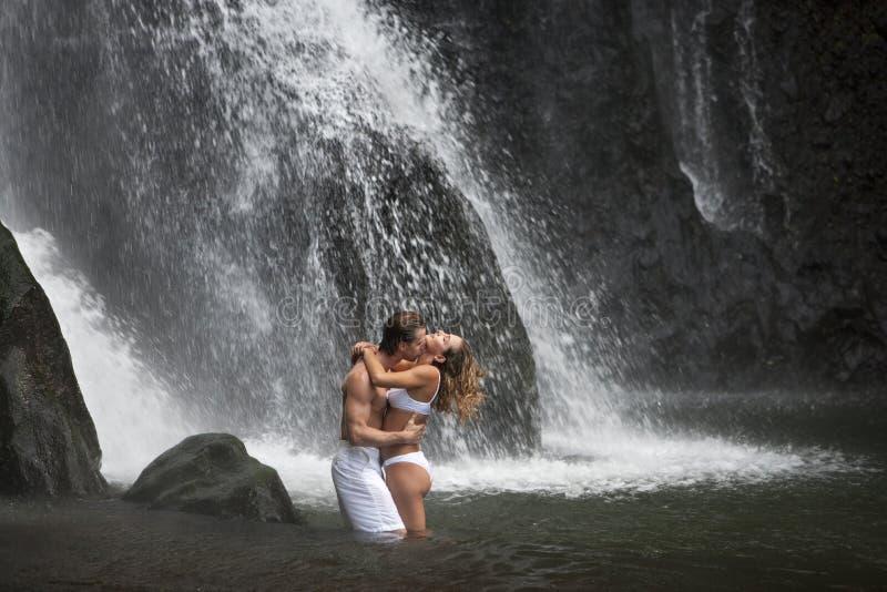 pod siklawami pary przytulenie fotografia royalty free
