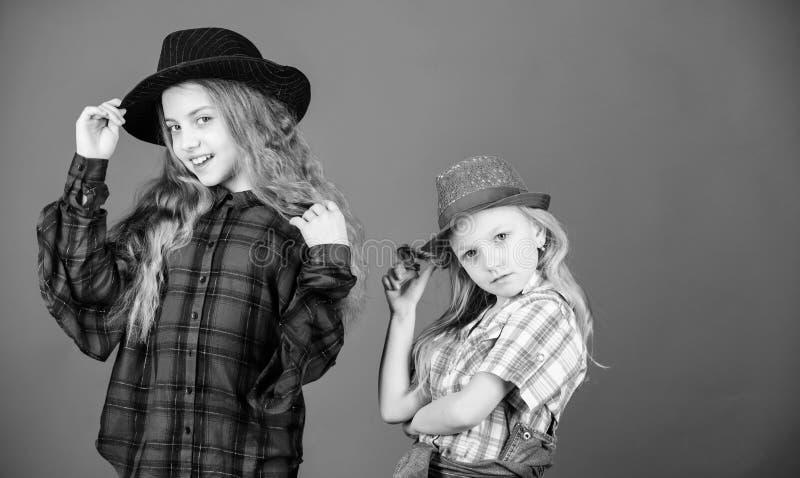 Pod??a siostra w everything Dziewczyna dzieciaki s? ubranym modnych kapelusze Ma?y fashionista Ch?odno cutie modny str?j fotografia stock