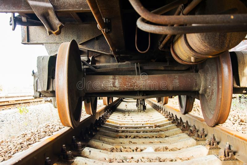 Pod starym pociągiem towarowym na kolejowych śladach Ośniedziały furgon obraz stock