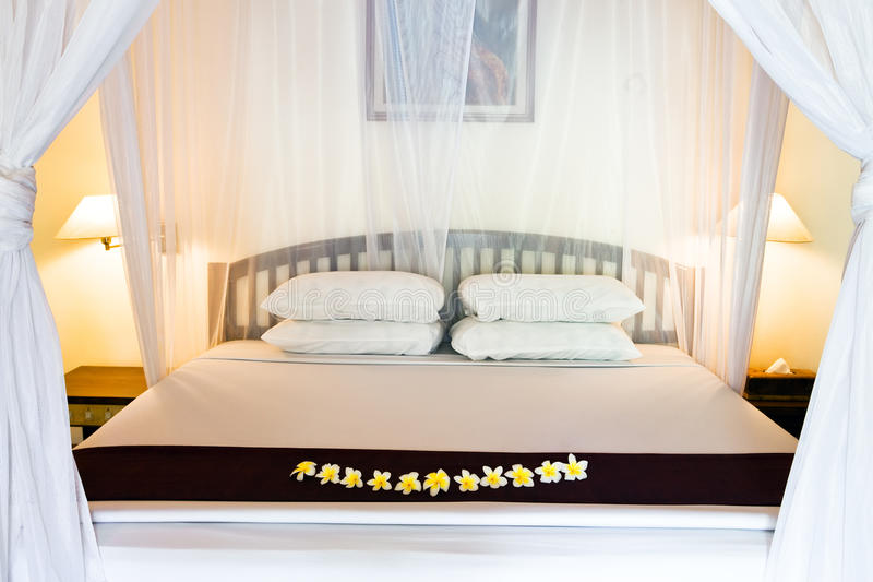 pod szerokim łóżkowe zasłony zdjęcie stock
