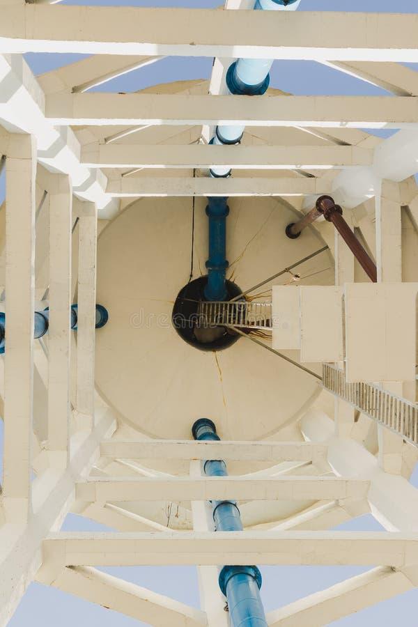 Pod wysoki wierza zbiornikiem wodnym zdjęcia stock