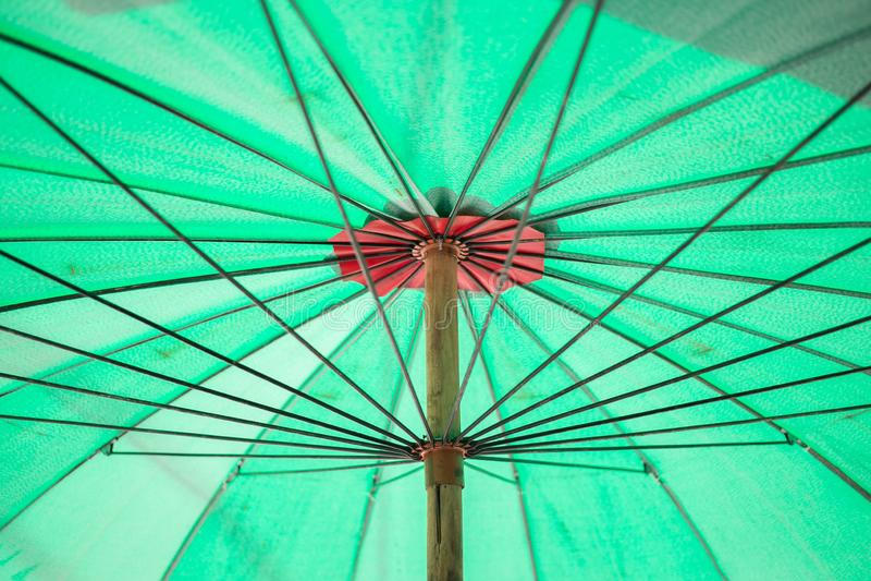 Pod zielonym parasolowym tekstury tłem zdjęcie royalty free