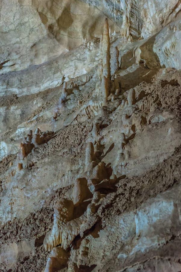 Pod ziemią Piękny widok soplenowie i stalagmity w podziemnym cavern - Nowa Athos jama święty zdjęcie stock