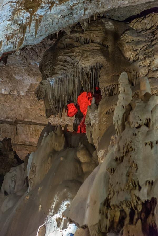 Pod ziemią Piękny widok soplenowie i stalagmity w podziemnym cavern - Nowa Athos jama święty fotografia stock