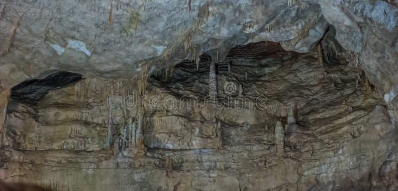 Pod ziemią Piękny widok soplenowie i stalagmity w podziemnym cavern - Nowa Athos jama święty zdjęcie royalty free