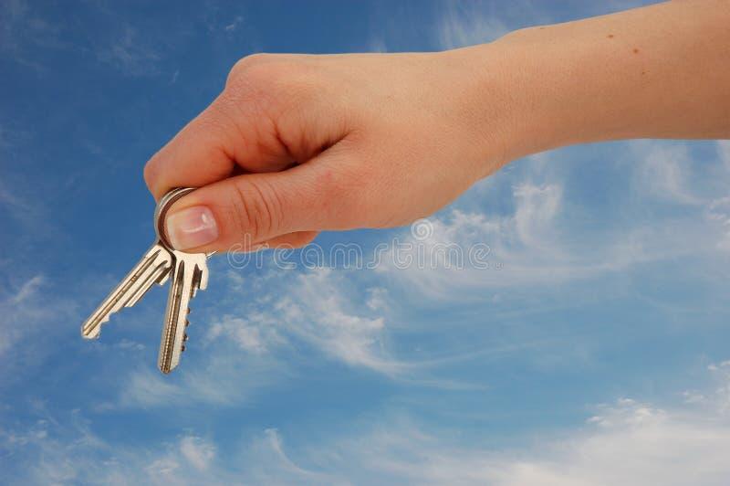 podaj błękitowi klucze przeciwko zdjęcie stock