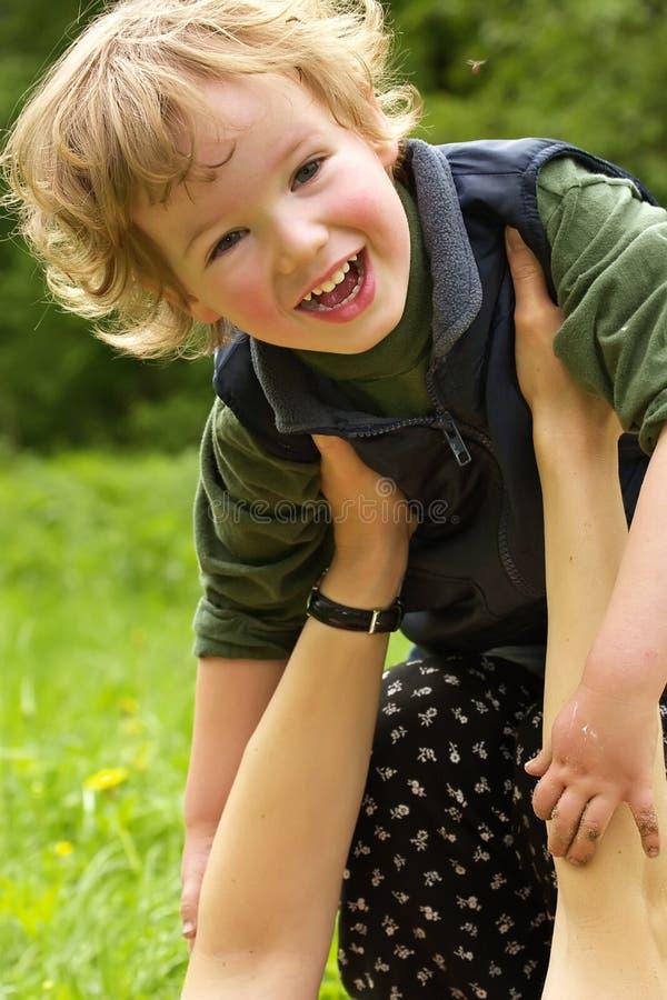 podaj dziecko ostrożny happy mama obraz royalty free