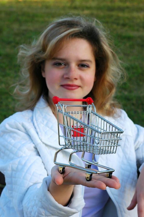 podaj dziewczyna wózka na zakupy zdjęcie stock