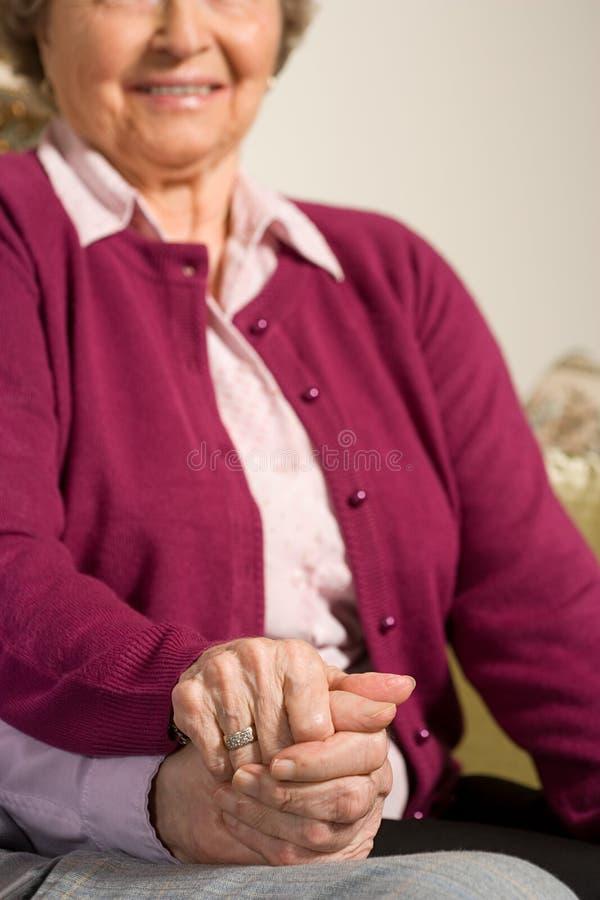 podaj parę seniora gospodarstwa zdjęcie stock