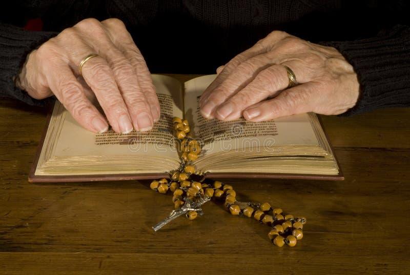 podaj starego czytanie biblii zdjęcie royalty free
