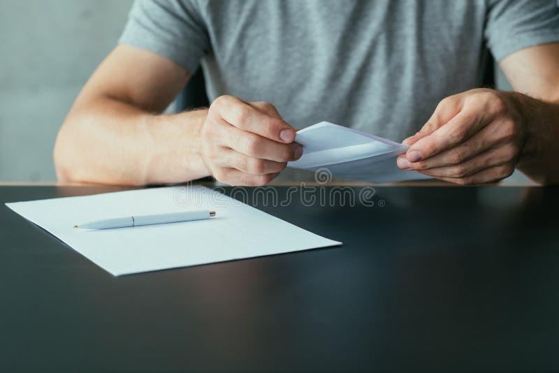 Podaniowej formy mężczyzny biznesowego listu koperta zdjęcia royalty free