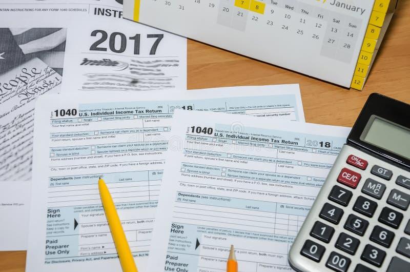 Podatek forma 1040, pióro, kalendarz i kalkulator na stole, Odg?rny widok, zako?czenie obrazy stock